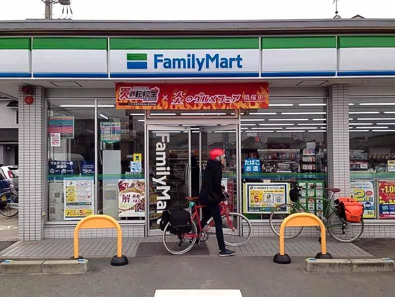 หยุดแวะร้านสะดวกซื้อเติมพลังระหว่างทาง